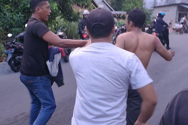 Begal yang tertangkap sempat dihakimi massa yang marah sebelum akhirnya diselamatkan polisi dengan segera membawanya ke Mapolsek Indralaya