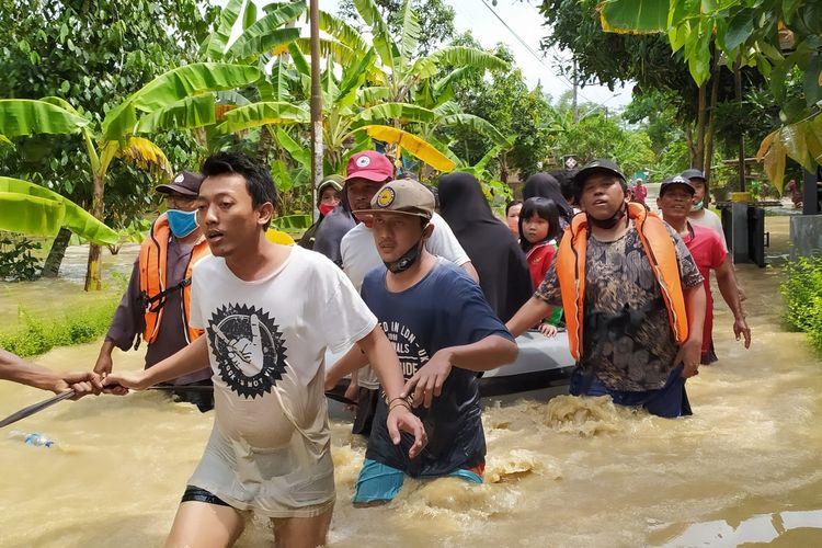 Evakuasi korban banjir di Desa Kedunguter, Kecamatan/ Kabupaten Banyumas, Jawa Tengah, Kamis (3/12/2020).