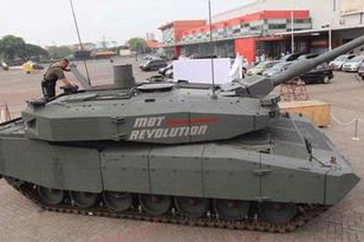 Teknisi berada di atas Main Battle Tank Leopard yang dipamerkan pada Indo Defense di Jakarta Internatonal Expo, Kemayoran, Jakarta, Selasa (6/11/2012). Pameran tersebut diikuti 500 peserta dari 40 negara. Ajang unjuk gigi industri alutsista ini akan dibuka hari ini dan belrangsung hingga 10 November.