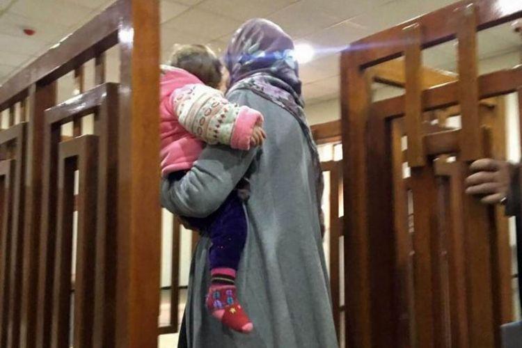 Perempuan asal Perancis Melina Boughedir membawa putranya saat ia tiba di pengadilan Baghdad pada 19 Februari 2018. (AFP)