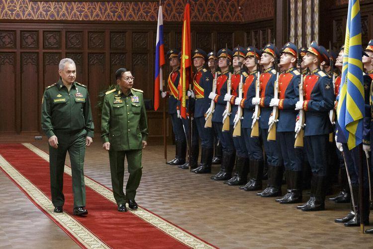Menteri Pertahanan Rusia Sergei Shoigu (kiri) dan pemimpin junta militer Myanmar Jenderal Min Aung Hlaing berjalan melewati penjaga sebelum memulai pembicaraan di Moskwa, Rusia, Selasa (22/6/2021).