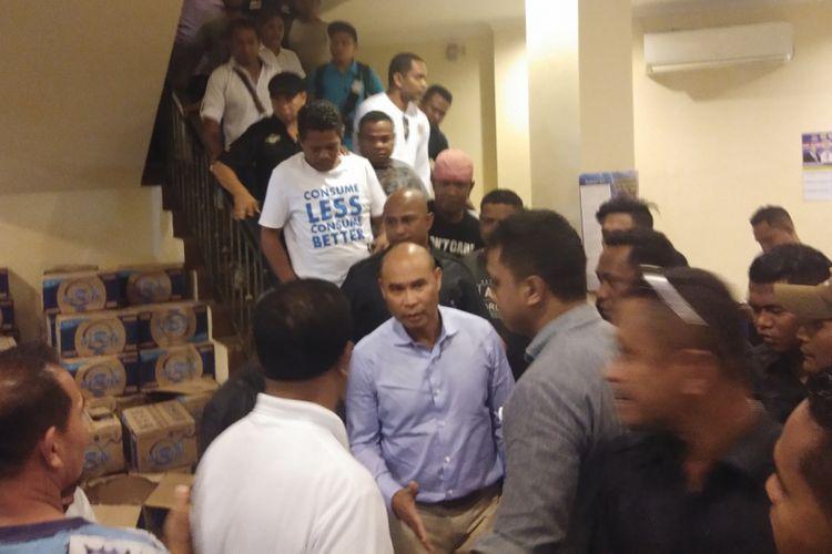 Calon Gubernur NTT Viktor Bungtilu Laiskodat, saat bersama para pendukungnya di Kantor DPW Nasdem NTT, Rabu (27/6/2018) malam