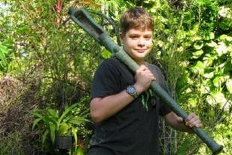 Christopher Doukas dengan meriam yang ditemukannya pada tahun 2010.