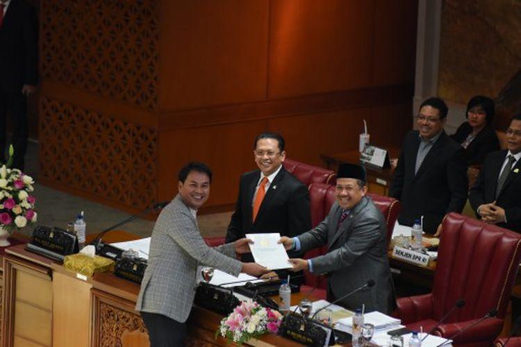 Wakil Ketua DPR RI Fahri Hamzah menerima berkas capim KPK Ketua Komisi III DPR RI Azis Syamsuddin.