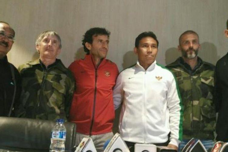 Pelatih timnas Indonesia, Luis Milla (jaket merah) bersama staf kepelatihannya dr Syarief Alwi, Miguel Gandia, Bima Sakti, Eduardo Perez, serta Bayu Putra (dari kiri ke kanan) di Kantor PSSI, Kuningan, Jakarta, Kamis (9/2/2016).