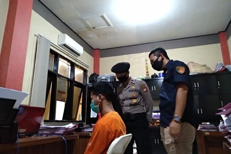 R (17), seorang remaja yang membawa kabur mobil mewah milik keluarga anggota Kepolisian sekaligus sempat mencuri mobil mantan Kapolda Jabar sedang dimintai keterangan di ruang Satreskrim Polresta Tasikmalaya, Rabu (12/8/2020).