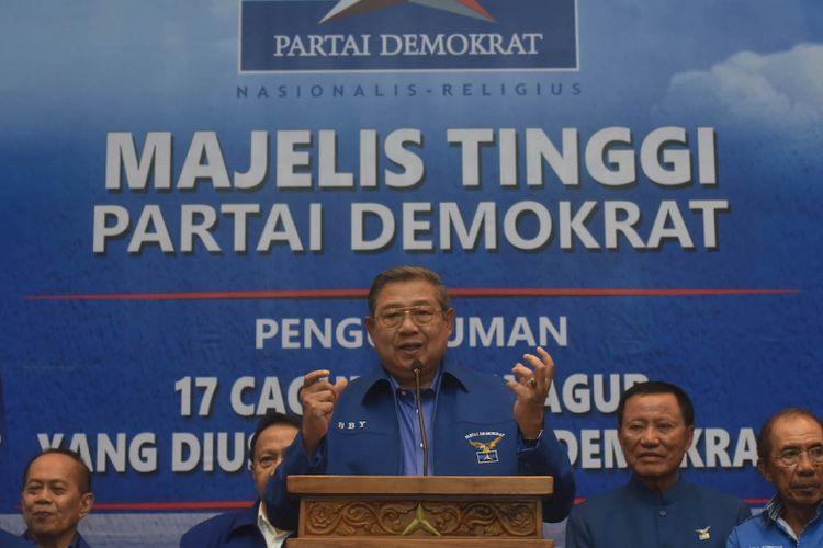 Ketua Umum Partai Demokrat Susilo Bambang Yudhoyono (tengah) menyampaikan keterangan terkait penetapan pasangan bakal calon gubernur dan wakil gubernur yang diusung partainya di Jakarta, Minggu (7/1). Partai Demokrat secara resmi mengumumkan 17 pasangan bakal cagub-cawagub dalam pilkada 2018 dimana 14 orang dari 17 pasangan tersebut merupakan kadernya. ANTARA FOTO/Akbar Nugroho Gumay/aww/18.