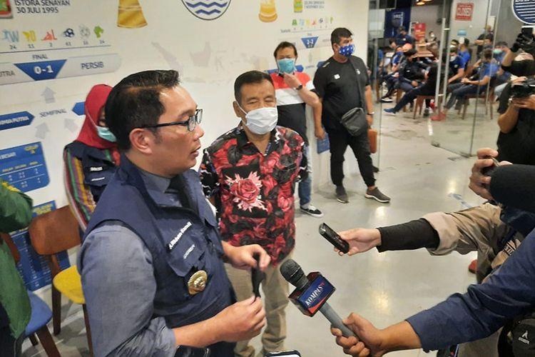Gubernur Jawa Barat, Ridwan Kamil, memantau tes swab PCR yang dijalani tim Persib Bandung, di Graha Persib, Jumat (3/7/2020).