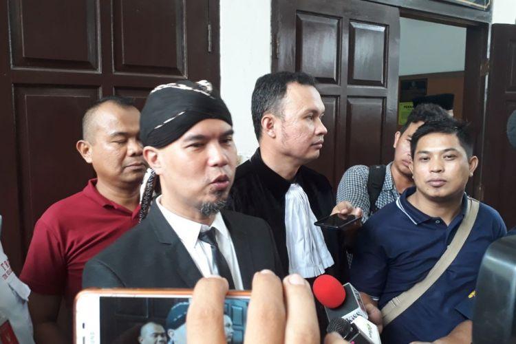 Artis musik Ahmad Dhani (mengenakan blangkon) di Pengadilan Negeri Jakarta Selatan, Senin (23/4/2018).