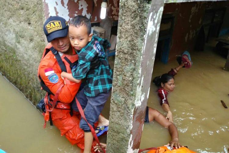 Tim Basarnas tengah mengevakuasi warga di lokasi banjir di Kabupaten Bandung. Tampak tinggi air sudah mencapai sedada orang dewasa.