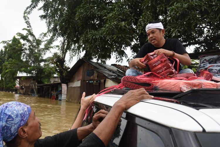 Anggota DPR Dedi Mulyadi menyalurkan bantuan untuk korban banjir yang terisolasi di Karawang, Minggu (21/2/2021).