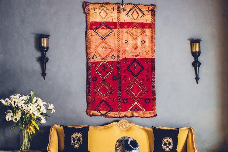 Salah satu contoh karpet bermotif dipasang di dinding.