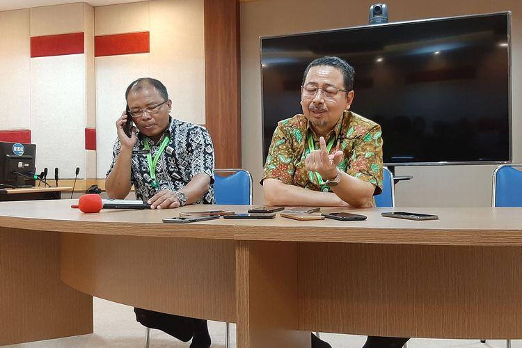 Direktur Medik dan Keperawatan RSUP Kariadi Semarang Agoes Oerip Poerwoko (kanan) dan Kepala Bidang Pelayanan Medik RSUP Kariadi Semarang Nurdopo Baskoro di RSUP Kariadi Semarang, Selasa (3/3/2020).