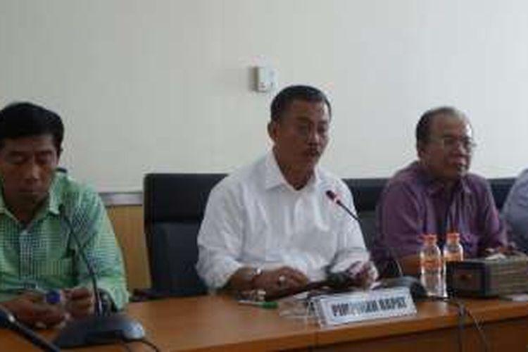 Ketua DPRD DKI Prasetio Edi Marsudi dan Wakil Ketua DPRD DKI Abraham Lunggana mengumumkan penghentian pembahasan raperda terkait reklamasi di Gedung DPRD DKI, Jalan Kebon Sirih, Selasa (12/4/2016).