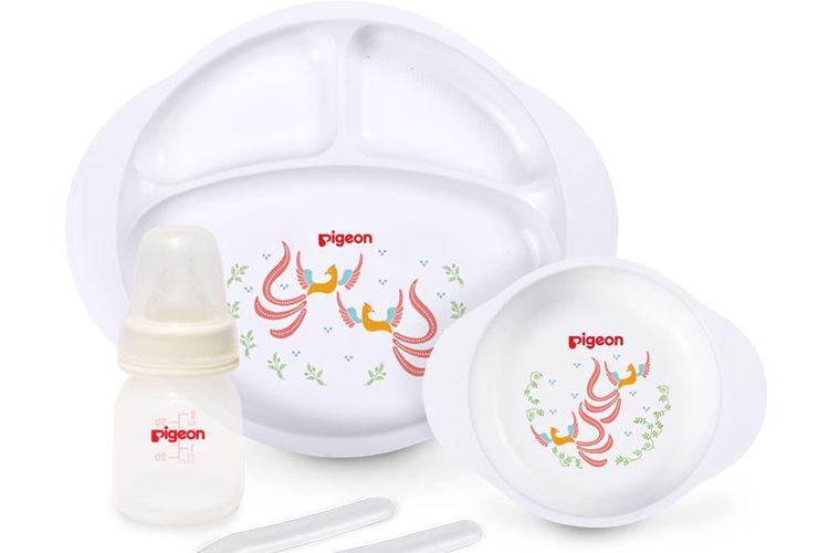 Perlengkapan makan dan botol susu Pigeon bermotif batik.