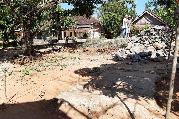 Bantuan untuk Nining Suryani, Guru SD Karyabuana 3 yang tinggal di toilet sekolah sudah berdatangan Selasa (16/7/2019)Rencananya Nining akan dibuatkan rumah di bekas lokasi rumahnya yang dulu.