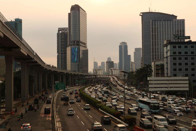 Suasana lalu lintas di ruas Jalan Gatot Subroto, Jakarta, Senin (17/5/2021). Pada hari pertama kerja usai libur Lebaran, lalu lintas Jakarta kembali padat.