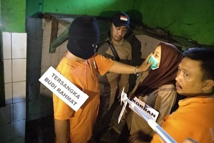 Inilah foto-foto reka adegan kasus pembunuhan siswi SMP yang dibunuh ayah kandungnya saat rekonstruksi di lokasi pertama sebuah rumah kosong dekat tempat kerja pelaku Jalan Laswi Kota Tasikmalaya, Kamis (12/3/2020).