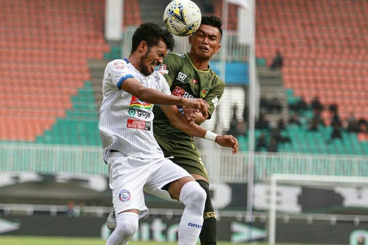 Pemain Arema FC, Alfin Tuassalamony berebut bola udara dengan pemain tuan rumah PS Tira Persikabo pada Pekan 24 Liga 1 2019 yang berakhir dengan skor 1-1 di Stadion Pakansari Bogor, Kamis (24/10/2019) sore.
