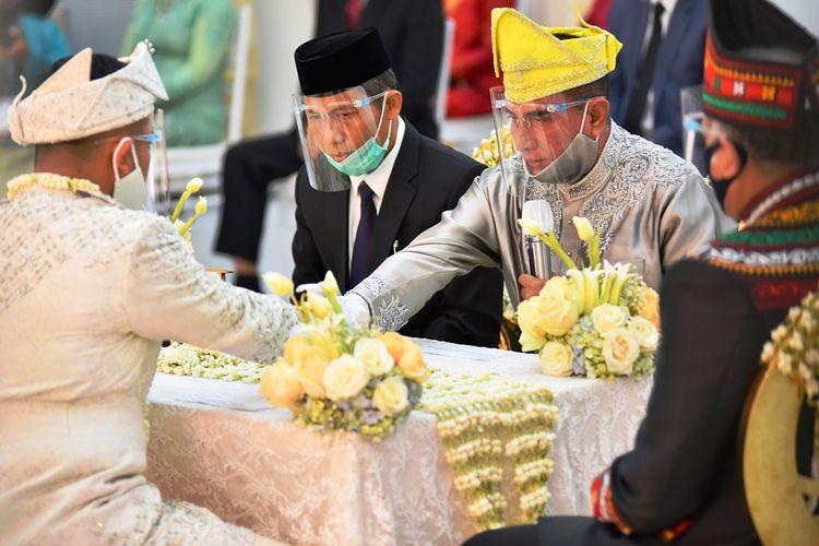 Gubernur Sumut Edy Rahmayadi menggelar akad nikah putri keduanya Siti Andira Ramayana dengan Arifuddin Maulana Basri di rumah dinasnya, Minggu (9/8/2020)