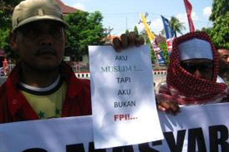 Warga saat aksi damai tuntut pembubaran FPI