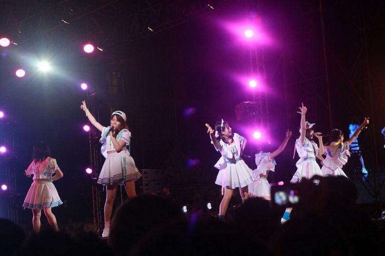 Grup idola asal Jepang AKB48 membuka penampilan mereka lewat lagu Heavy Rotation dalam acara Viral Fest Asia 2017 yang diadaka di Show DC, Bangkok, Sabtu (3/6/2017) malam.