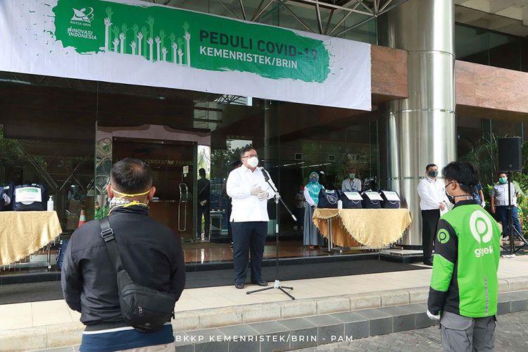 Menristek Bambang Brodjonegoro memberikan sembako secara simbolis kepada perwakilan masyarakat di Lobi Eksekutif Gedung Baharuddin Jusuf Habibie, Jakarta Pusat, Jumat (17/4/2020).