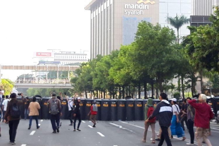 Massa di depan Bawaslu RI mulai menyerang polisi dengan menggunaka batu dan botol, Rabu (22/5/2019)