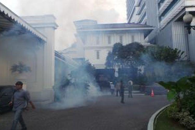 Fogging di Balai Kota, Senin (9/3/2015) sore paska Gubernur DKI Jakarta Basuki Tjahaja Purnama terjangkit penyakit demam berdarah.