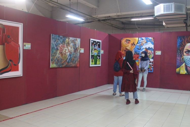 Pengunjung pameran karya seni lukis di pusat belanja matahari Jember. Pameran digelar oleh Dewan Kesenian Jawa Timur