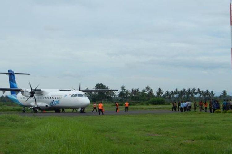 Pesawat Garuda jenis ATR 72 saat mendarat di Bandara Blimbingsari Kamis (02/01/2014)