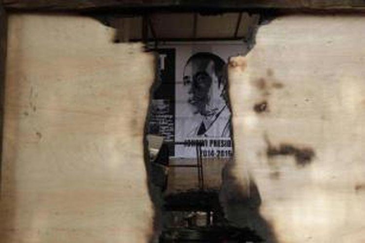 Kondisi posko relawan Jokowi yang dibakar orang tidak dikenal di Jalan Sultan Agung, Setia Budi, Jakarta, Senin (26/5/2014). Posko dibakar pada dini hari.