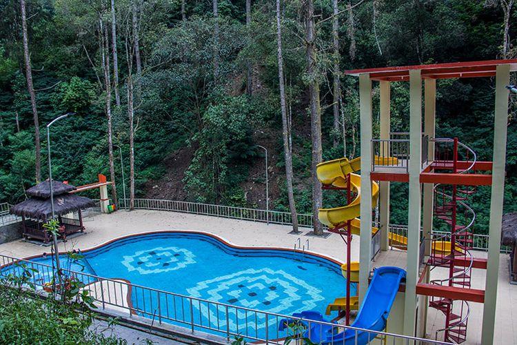 Perosotan melingkar di kolam renang kawasan Air Terjun Umbul Songo.