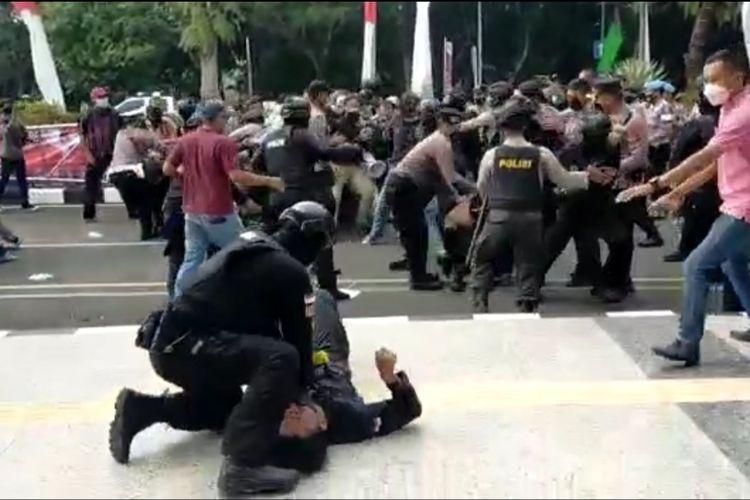 Polisi diduga membanting satu peserta aksi di Tigaraksa saat peringatan hari ulang tahun (HUT) ke-389 Kabupaten Tangerang pada Rabu (13/10/2021).