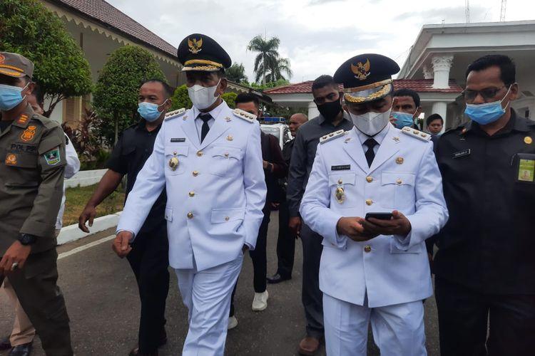 Bupati Pesisir Selatan Rusma Yul Anwar dan wakilnya Rudi Hariyansyah vwrjalan menuju tempat oelantikan di Padang, Sumatera Barat, Jumat (26/2/2021)