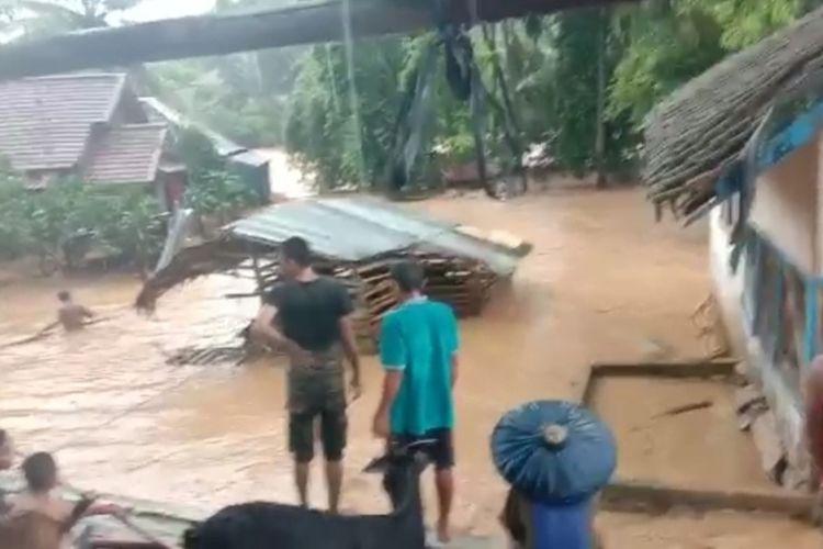 Banjir bandang menerjang dua kecamatan di kabupaten Lebak, Rabu (1/1/2020).