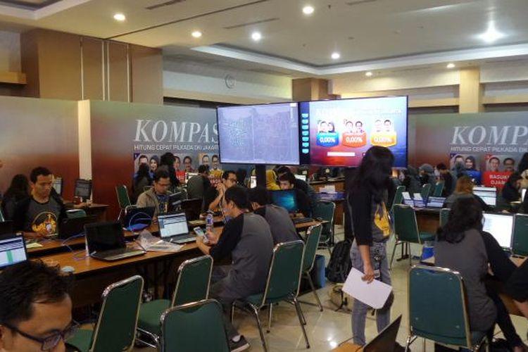 Suasana Pusat Data Hitung Cepat Kompas untuk Pilkada DKI Jakarta 2017, Rabu (15/2/2017). Hasil hitung cepat baru bisa dilihat siang nanti setelah penghitungan di tiap TPS (Tempat Pemungutan Suara) selesai dilakukan.