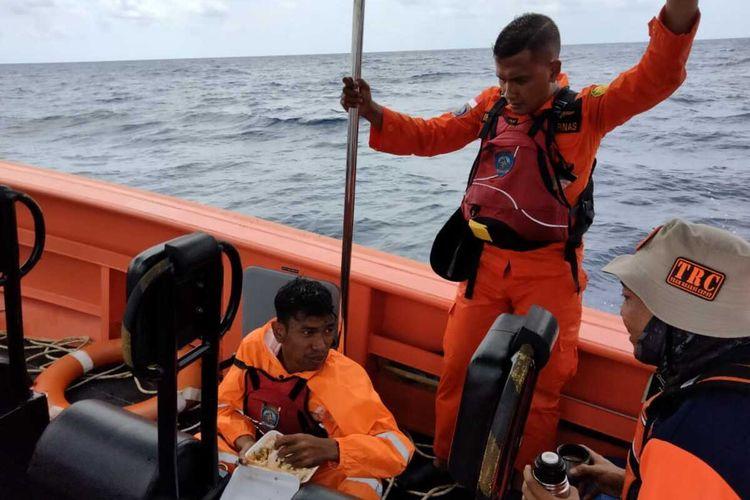Tim SAR Natuna saat mengevakuasi Reki Heriadi, warga Anambas Kepulauan Riau, di Pulau Tokong Malang Biru, Selasa, 21 September 2021.