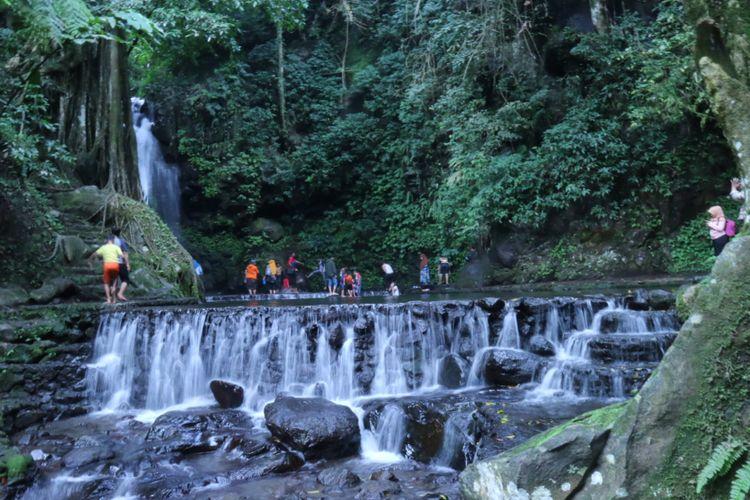 Curug Putri, salah satu destinasi wisata di Desa Cisantana, Kecamatan Cigugur. Destinasi ini termasuk salah satu dataran tinggi Kuningan, Jawa Barat.