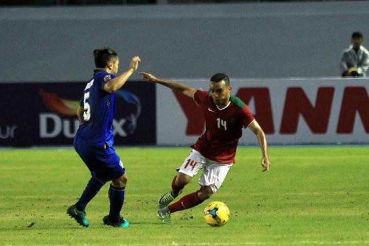 Sayap kiri Indonesia, Rizky Pora, menghindari terjangan pemain Thailand pada partai pertama Grup A Piala AFF 2016 di Philippine Sports Stadium, Sabtu (19/11/2016).