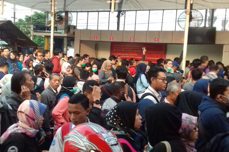 Antrean panjang Stasiun Depok Lama, Jalan Pancoran Mas, Depok, Senin (23/7/2018) pagi.