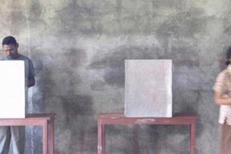 Ilustrasi: Warga Desa Denatana Timur, Kabupaten Ngada, Nusa Tenggara Timur (NTT), memberikan suara dalam pemilihan umum kepala daerah NTT putaran kedua, Kamis (23/5/2013). Pasangan Esthon Leyloh Foenay/Paul Edmundus Tallo dan pasangan Frans Lebu Raya/Benny Alexander Litelnoni bersaing untuk menduduki jabatan Gubernur/Wakil Gubernur NTT periode 2013-2018.