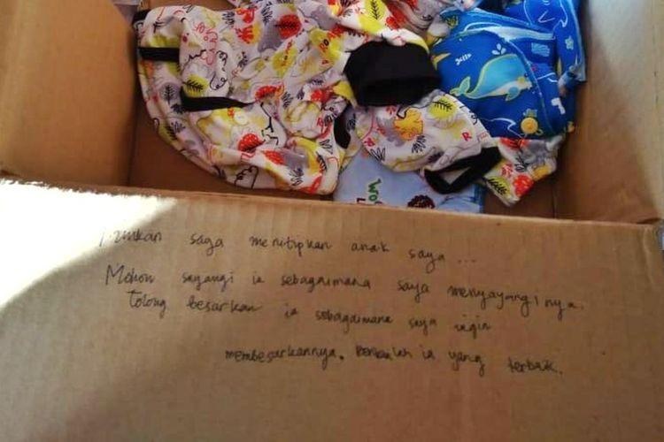 Terdapat tulisan tangan berisi pesan di kardus berisi bayi yang diletakan di depan rumah warga di Dusun Berjo Kulon, Desa Sidoluhur, Kecamatan Godean, Sleman (Foto Dokumentasi Polsek Godean)