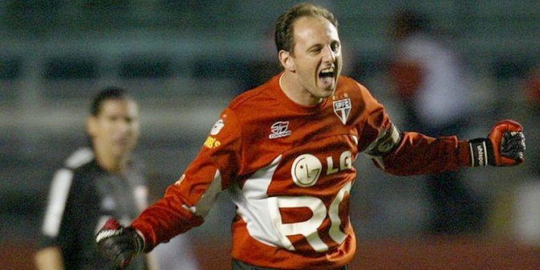 Rogerio Ceni saat merayakan salah satu gol yang ia ciptakan melalui eksekusi penalti.