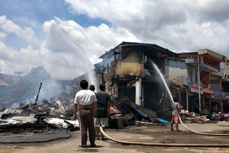 Sebanyak 19 rumah toko (ruko) di Pasar Sandai, Kabupaten Ketapang, Kalimantan Barat (Kalbar) ludes dilahap api, Rabu (7/4/2021) dini hari. Tak ada korban jiwa dalam peristiwa tersebut. Namun kerugian materi yang diderita belum dapat dihitung.