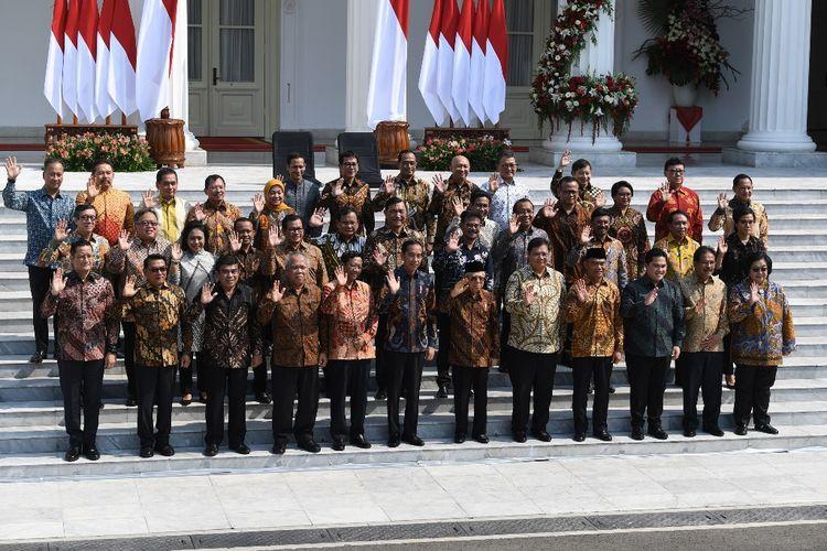 Presiden Joko Widodo didampingi Wapres Maruf Amin memperkenalkan jajaran menteri Kabinet Indonesia Maju di tangga beranda Istana Merdeka, Jakarta, Rabu (23/10/2019).