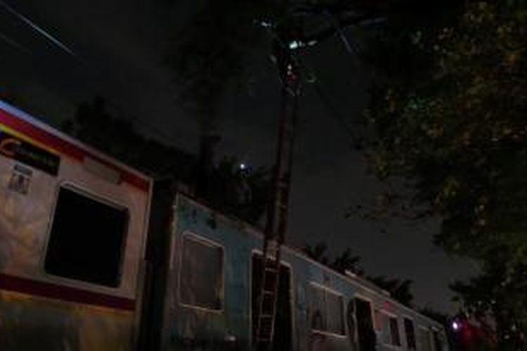 KRL Commuter Line terhenti akibat pohontumbang sebelum stasiun Pasar Minggu. Petugas memotong dahan pohon asam yang menipa kawat KRL. Selasa (22/10/2013).