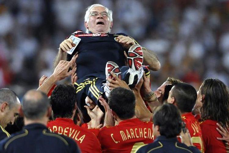 Foto dokumen yang diambil pada 29 Juni 2008, yang memperlihatkan para pemain Spanyol melakukan selebrasi dengan mengangkat pelatih Luis Aragones setelah mereka memenangi Piala Eropa 2008.