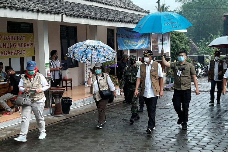 Kepala Badan Nasional Penanggulangan Bencana (BNPB) Doni Monardo saat mengunjungi barak pengungsian Merapi Glagaharjo, Sleman