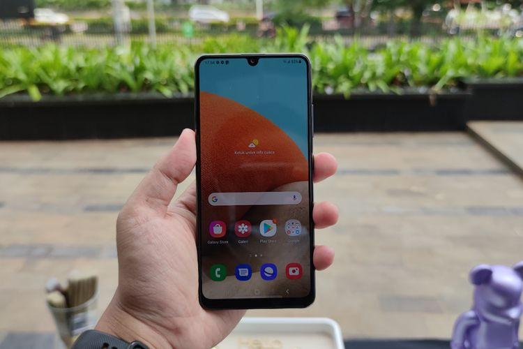 Secara desain, Galaxy A32 dibekali dengan layar Super AMOLED 6,4 inci dengan resolusi Full HD Plus. Layar yang terbilang cukup lega ini juga sudah memiliki refresh rate 90 Hz dan touch responsive rate 180 Hz.  Dengan spesifikasi seperti ini, layar ponsel terasa lebih responsif dibanding panel standar dengan refresh rate 60 Hz. Animasi yang ditampilkan juga terasa lebih mulus dibanding biasanya.  Ketika ponsel digunakan di luar ruangan dan di bawah sinar matahari terik, konten yang ditampilkan pun masih terlihat dengan jelas. Sebab, layar ponsel ini memiliki tingkat kecerahan hingga 800 nits yang diklaim terbesar di kelasnya.  Selain mulus dan terang, layar ponsel berdesain Infinity-U yang menampung kamera selfie 20 MP ini juga tampak kokoh lantaran sudah dilapisi dengan kaca pelindung Gorilla Glass 5.